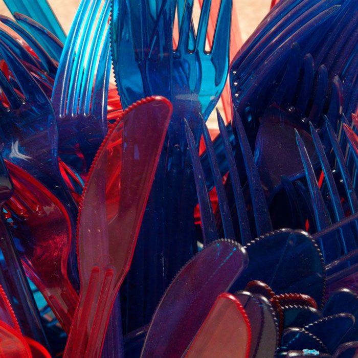 cubiertos de plástico rojos y azules
